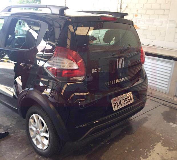Flagra mostra traseira do Fiat Mobi por completo (Foto: Reprodução)