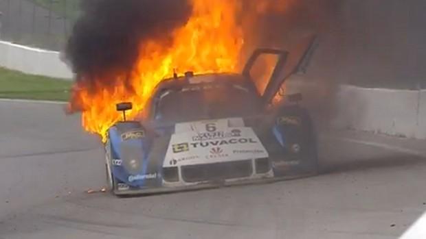 Incêndio no carro de Gustavo Yacaman na etapa de Mid-Ohio da Grannd-Am (Foto: Reprodução TV)
