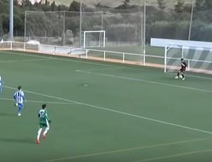 Bola passa por baixo das pernas do goleiro Mañero no chutão de Salva no gol do Pozuelo sobre o Villanueva