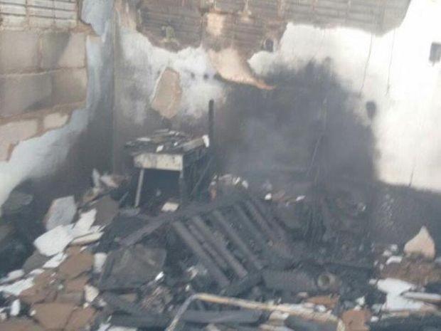 Bombeiros controlaram o incêndio que atingiu o imóvel (Foto: João Trentini/Rádio Tupã/Divulgação)