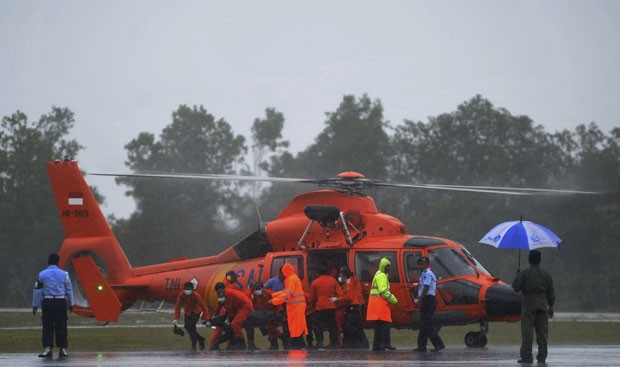 Helicóptero das equipes de resgate é visto nesta quinta-feira (1º) durante as buscas pelo avião da AirAsia (Foto: AP)