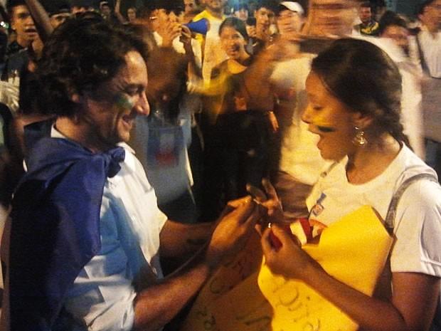 Estudante ficou surpresa com pedido inusitado de casamento (Foto: Dhiego Maia/G1)