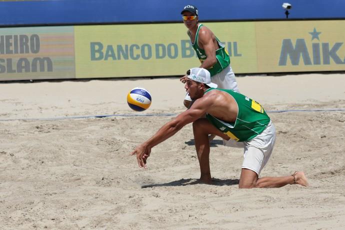 Guto e Saymon no Grand Slam do Rio (Foto: Matheus Vidal/CBV)