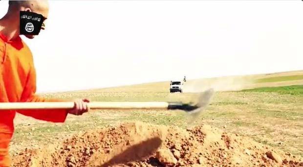 Refém aparece cavando a própria cova em novo vídeo do grupo Estado Islâmico (Foto: Reprodução/ Twitter/ الرقة تذبح بصمت)