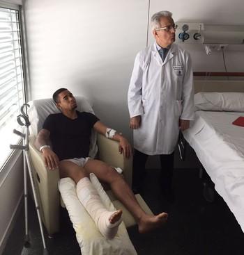 Gabriel Jesus e Dr. Ramón Cugat Manchester City (Foto: GloboEsporte.com)
