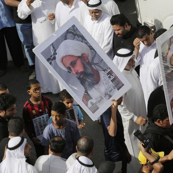 Manifestantes em Tarut, na Arábia Saudita, pedem a libertação do clérigo xiita Nimr al-Nimr, em maio de 2015 (Foto: Hasan Jamali/AP)