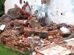 Entulho abandonado no bairro Jardim Boa Esperança, em Hortolândia (Foto: Reprodução / EPTV)