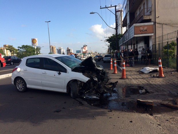 Carro bateu em poste na BR-116, em Canoas (RS) (Foto: Bernardo Bortolotto/RBS TV)