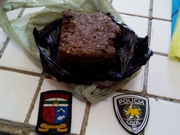 Suspeito estava com um quilo de maconha (Foto: Divulgação/Polícia Militar do RN)