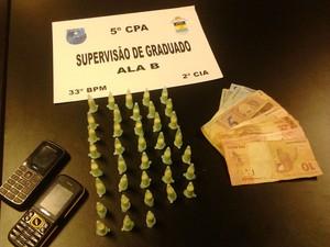 Material apreendido com o suspeito na segunda-feira, no Bracuhy, em Angra (Foto: Polícia Militar/Divulgação)
