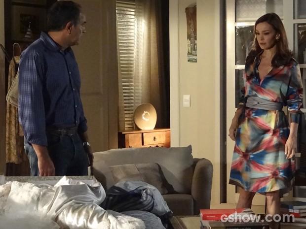 Helena tenta se explicar, mas a decisão foi tomada (Foto: Em Família/TV Globo)