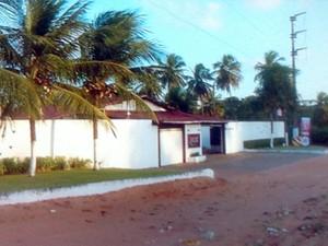 Um dos homens morreu dentro de um motel em Candelária, na Zona Sul de Natal (Foto: Reprodução/Inter TV Cabugi)