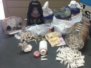 Porções de crack, cocaína e maconha foram encontradas embaixo de árvore, em Porto Ferreira (Foto: Divulgação/Polícia Militar)