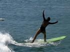 Carol Nakamura abusa da boa forma e faz aula de surfe com 'Videocassetadas'