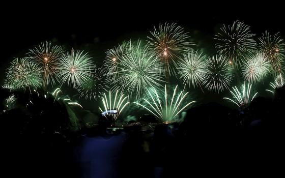 Fogos de artifício na festa de ano novo na praia de Copacabana, no Rio, em 2013 (Foto: Buda Mendes/GettyImages)
