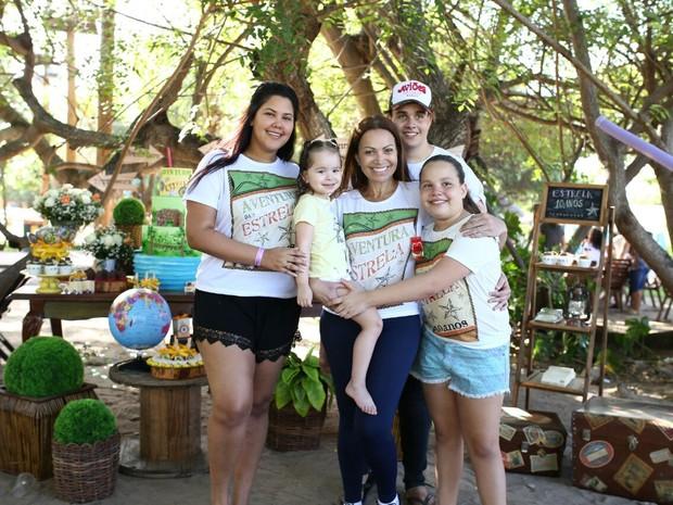Solange Almeida com os filhos, Sabrina, Maria Esther, Rafael e Estrela, em festa em um parque em Fortaleza, no Ceará (Foto: Moisés/ Estudio3/ Divulgação)