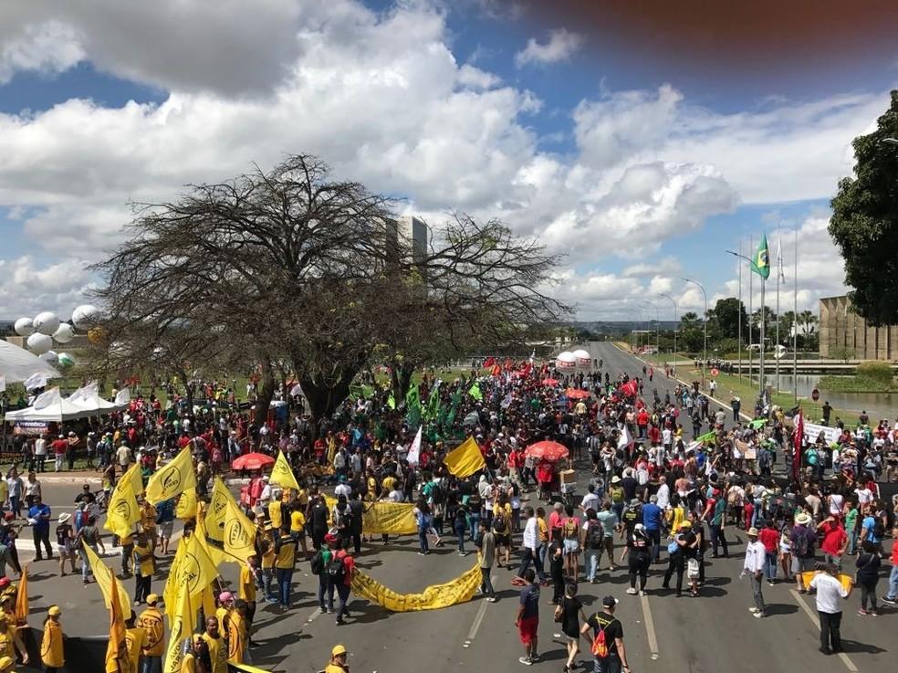 Centrais sindicais indicam 10 a 15 mil manifestantes na Esplanada (Foto: Letícia Carvalho/G1)