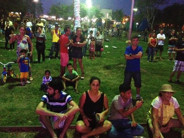Público reclamou da pouca iluminação e dos mosquitos (Foto: Toni Francis/G1)