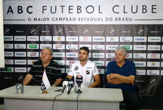 ABC - Gegê, meia - apresentação - Judas Tadeu e Leonardo Arruda (Foto: Ilana Albuquerque/ABC FC/Divulgação)