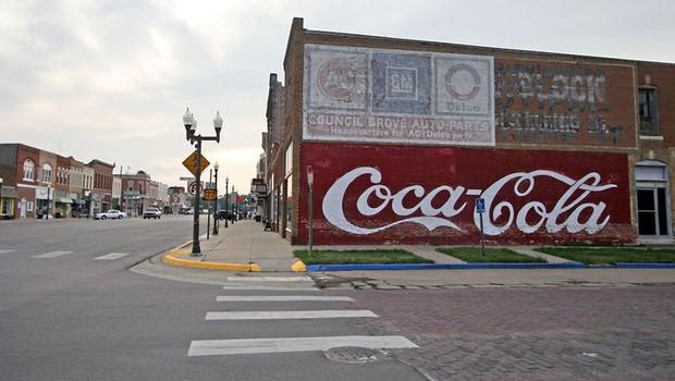 Muro pintado com o logo da Coca-Cola, no Kansas.  (Foto: Cbaer/Wikimedia Commons)