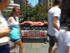 Ativista do Peta simula queimadura na pele em protesto na Austrália