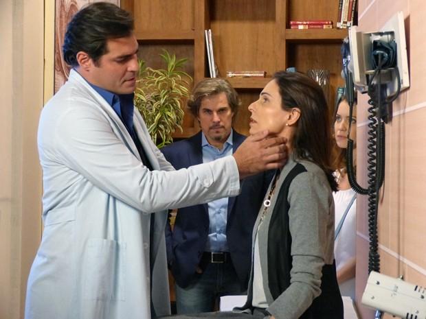 Úrsula fica nervosa ao ser examinada por Marcos (Foto: Evellyn Pacheco / Gshow)