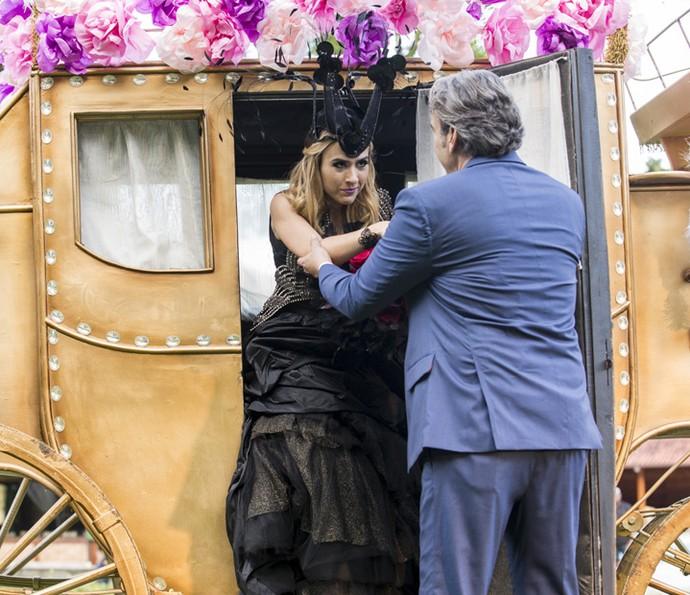 Ela chega à cerimônia em uma pomposa carruagem (Foto: Ellen Soares/Gshow)