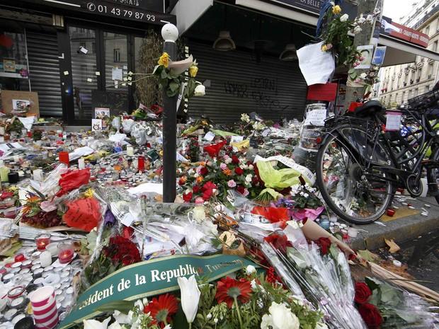Velas, flores e mensagens são vistas em memorial às vítimas que morreram no café La Belle Equipe, em Paris, na terça (17) (Foto: Reuters/Jacky Naegelen)