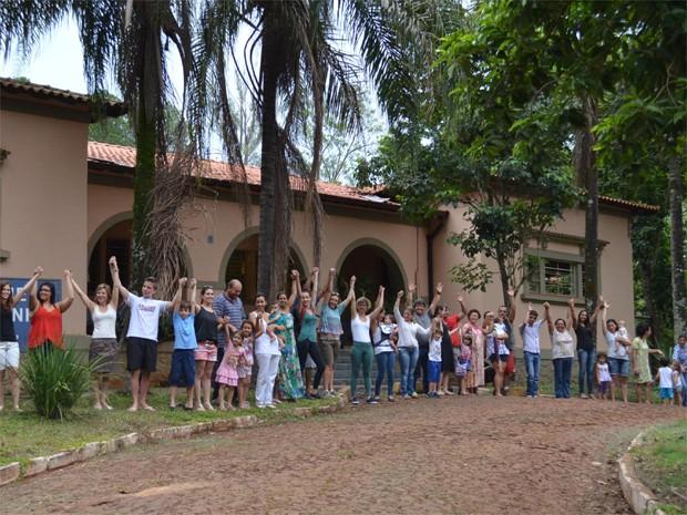 """Em ato simbólico, os manifestantes deram as mãos para """"abraçar"""" a creche (Foto: Amanda Pioli/G1)"""
