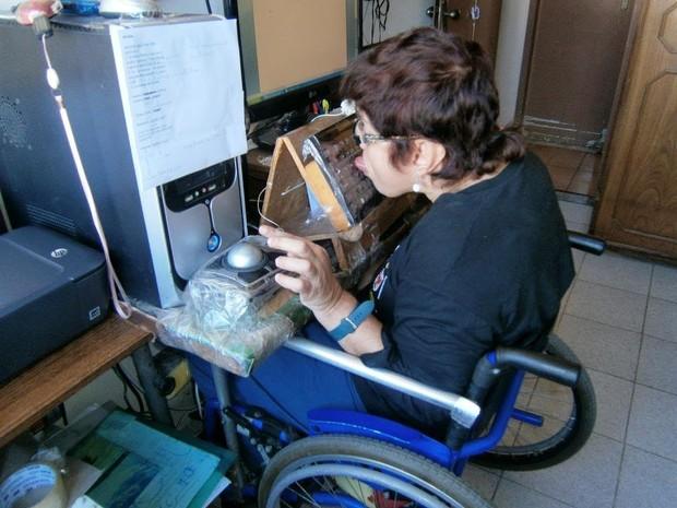 O teclado do computador foi adaptado para que Ana Cris escreva seus livros com a língua (Foto: Divulgação/Arquivo Pessoal)