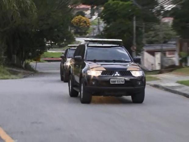 Jorge e Bruno Luz chegam à PF, em Curitiba (Foto: Feliphe Abreu/RPC)