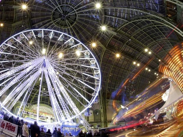 Visitantes aproveitam atrações montadas no Grand Palais como parte das comemorações de Natal (Foto: Philippe Wojazer/Reuters)