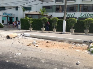 Poste foi derrubado na altura do Hotel Olimpo (Foto: Wild Nascimento)