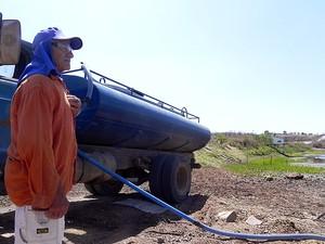 Manoel Tavares costuma dividir a água de seu açude, mas agora a seca ameaça até a ele (Foto: Taiguara Rangel/G1)