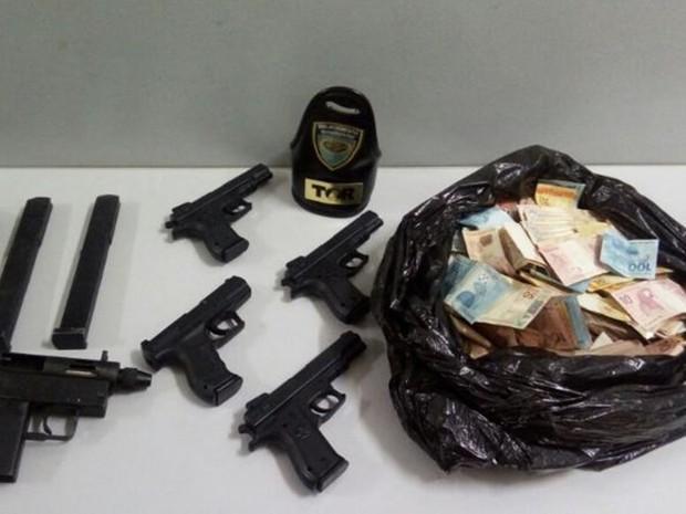 Polícia apreendeu armas e dinheiro com suspeitos (Foto: Divulgação/Polícia Rodoviária Estadual)