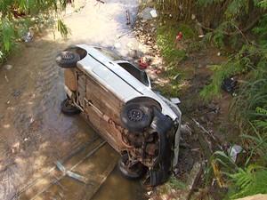Segundo testemunhas, carro seria conduzido por adolescente no momento do acidente em Campinas  (Foto: Reprodução EPTV)