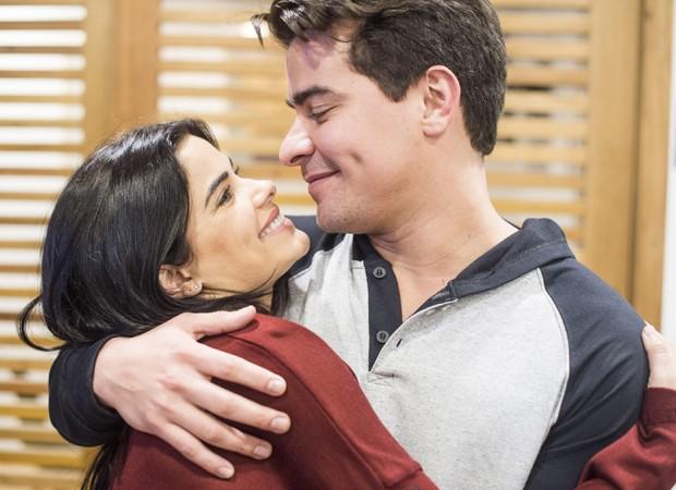 Policial e ladrão arrependido: o par romântico formado por Antonia (Vanessa Giácomo) e Júlio (Thiago Martins) (Foto: Divulgação/TV Globo)