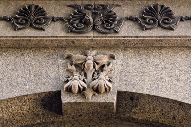 Um baixo-relevo na fachada lateral do antigo Banco Alemão-Transatlântico mostra três abelhas, símbolo do trabalho e da disciplina (Foto: Haroldo Castro/ÉPOCA)