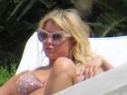 Jessica Simpson exibe curvas voluptuosas de biquíni no México