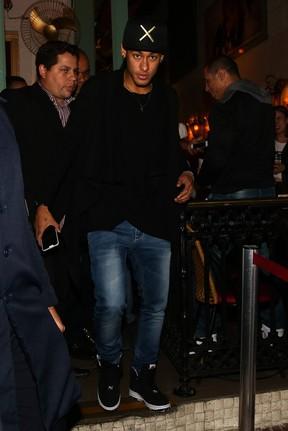 Neymar em restaurante em São Paulo (Foto: Manuela Scarpa/ Foto Rio News)