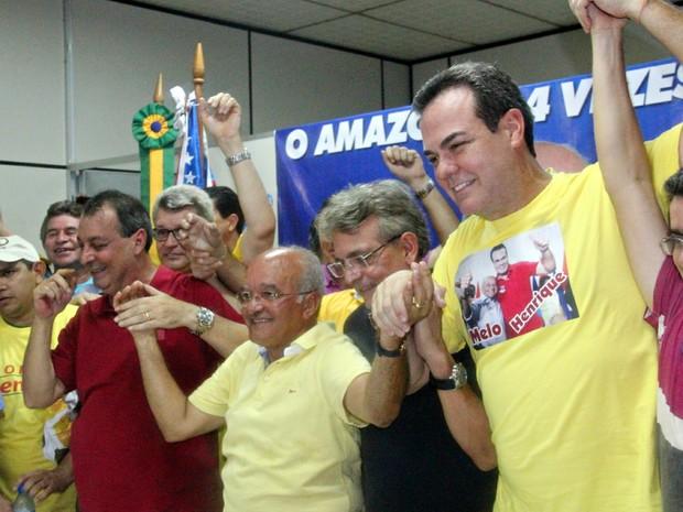 Após divulgação de resultado, Melo (centro) concedeu entrevista junto ao vice, Henrique (último à esquerda) e ao Senador eleito, Omar Aziz (Foto: Camila Henriques/G1 AM)