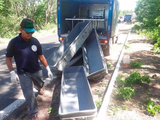 Agente do Departamento de Polícia Técnica no local do acidente em Barreiras onde três morreram (Foto: Blog do Sigi Vilares)