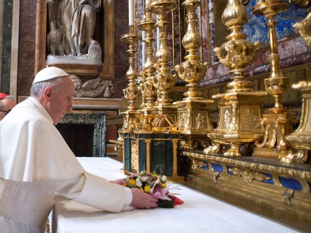 Papa Francisco I visita a Basílica de Santa Maria Maggiore, em Roma (Foto: Reuters/Osservatore Romano)