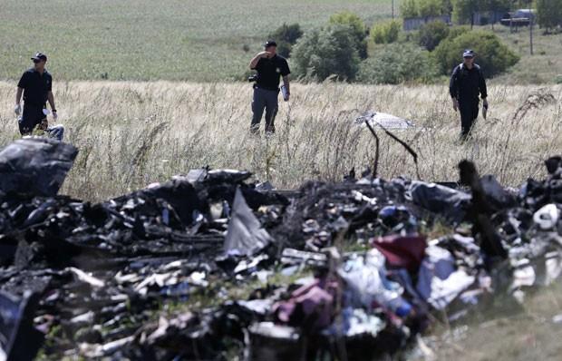 Especialistas internacionais trabalham no local da queda do avião da Malaysia Airlines, no leste da Ucrânia, nesta sexta-feira (1º)  (Foto: Sergei Karpukhin/Reuters)