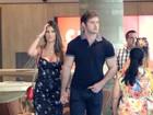 Elegante, Thor Batista passeia com namorada em shopping