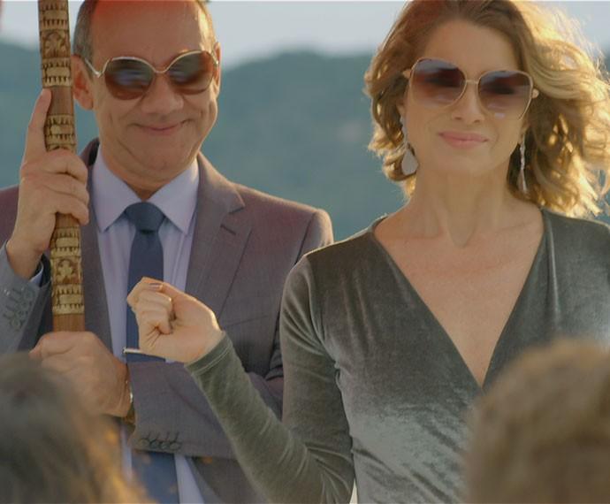 SUR-PRE-SA! Soraya invade a lua de mel de Mari e Ben (Foto: TV Globo)
