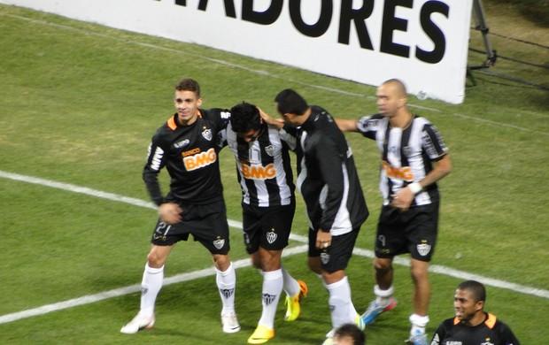 Guilherme é abraçado por companheiros após o gol (Foto: Léo Simonini)