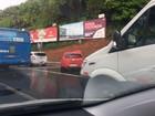Acidente entre carros deixa trânsito intenso na Av. ACM, sentido centro