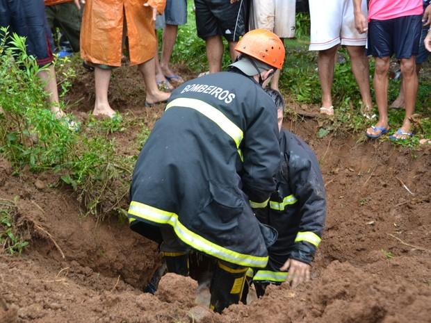 Bombeiros tentam resgatar menino que caiu em tubulação de esgoto em Guaporé (Foto: Eduardo Godinho/Rádio Aurora)