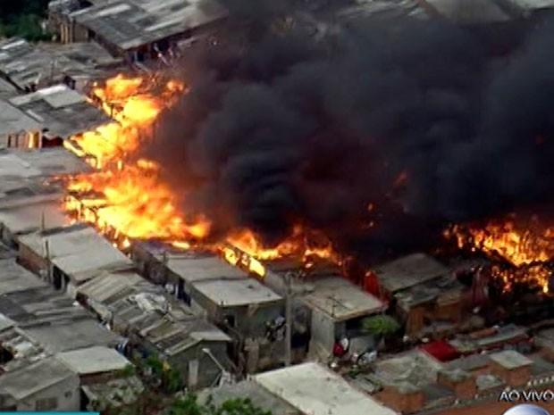 Incêndio atinge favela na Zona Leste (Foto: Reprodução /TV Globo)